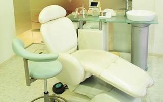 患者さんがリラックスして治療して頂けるように、プライバシーに配慮した個室となっております。